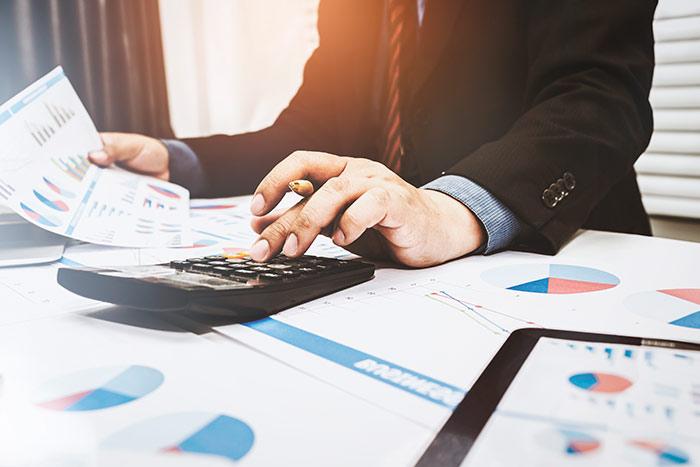 Empresario aplicando deducciones en la contabilidad de su negocio gracias al artículo de Xpendor