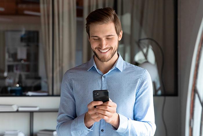 Empresario realizando una comprobación de los gastos de dietas de sus empleados vía APP móvil