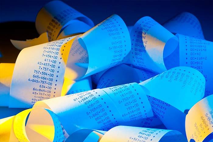 Montón de tickets acumulados para el control de gastos en una empresa
