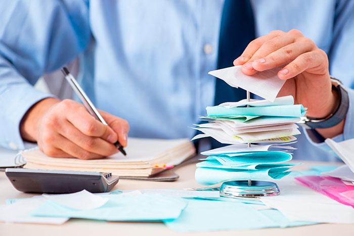 Gestor de una empresa haciendo una nota de gastos