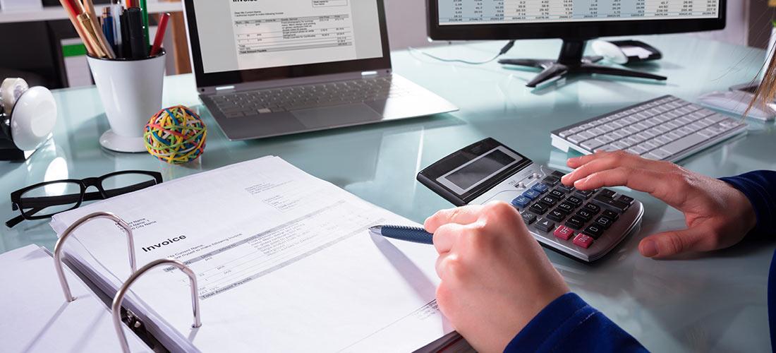 Gestor calculando y realizando la gestión de facturas de su empresa